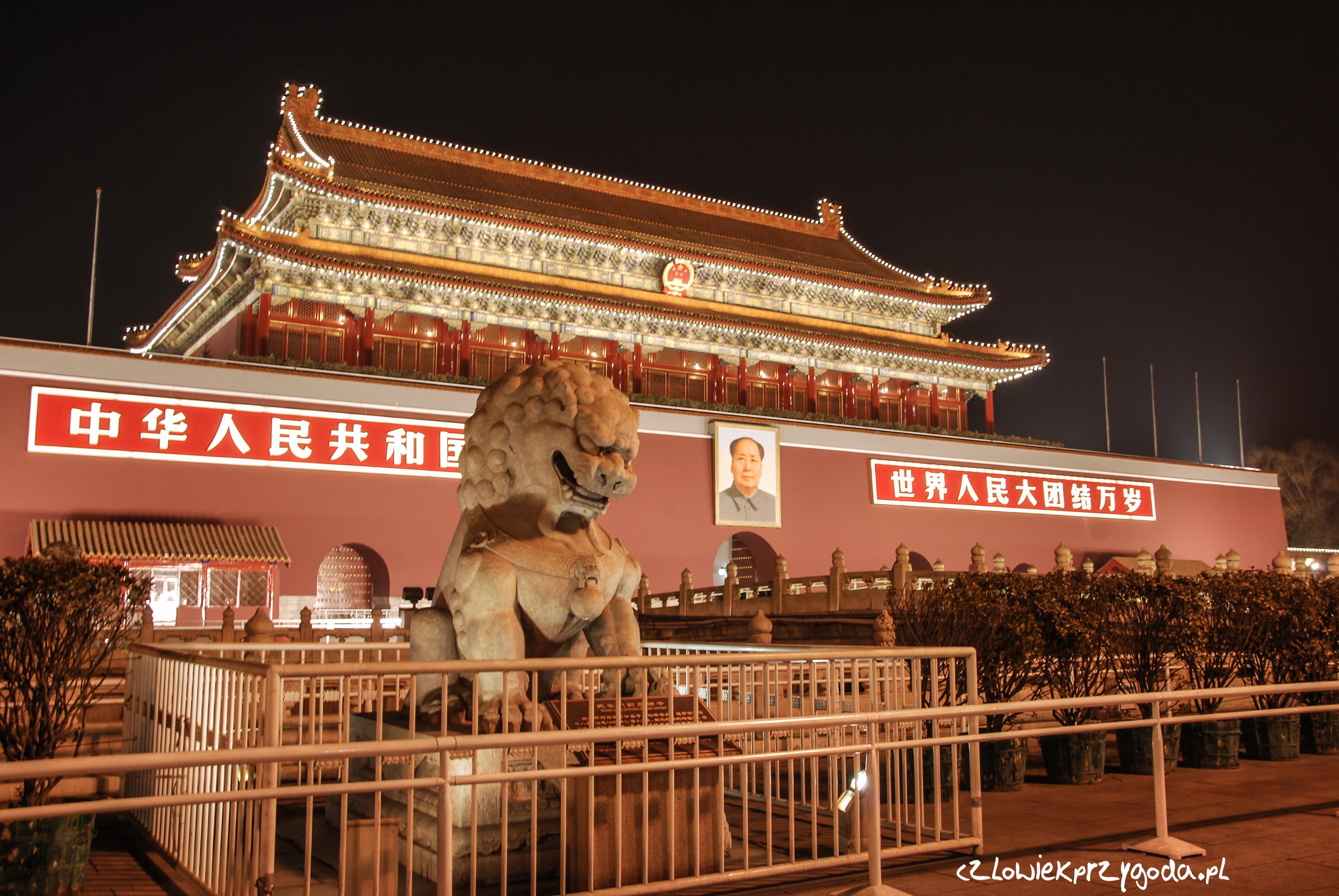 Wejście do Zakazanego Miasta w Pekinie nocą.