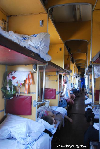 """Tak wygląda III klasa w Ukraińskim pociągu zwanym """"plackarta""""."""