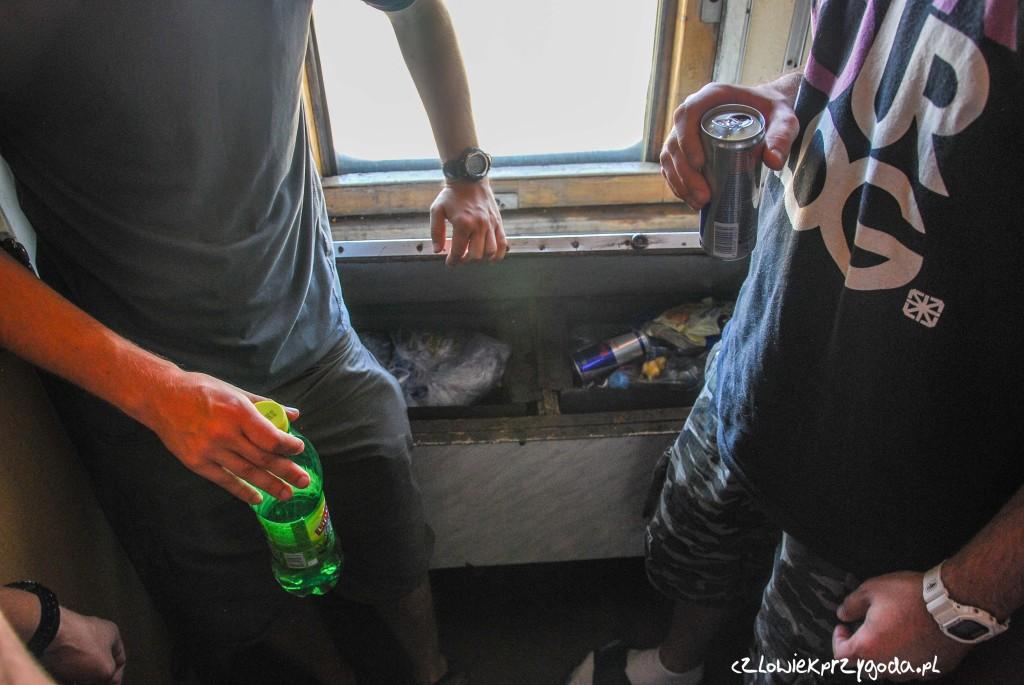 Rozwiązanie na utylizację śmieci w pociągu. Schować i zapomnieć.