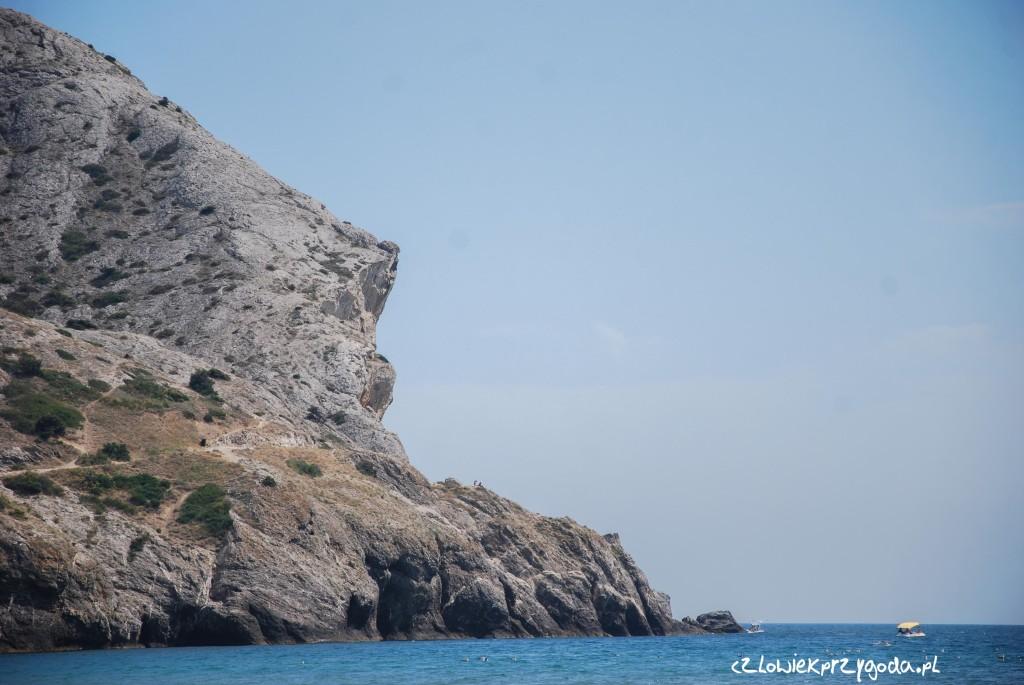 Pierwotnie plan zakładał obejście skały od strony brzegowej...