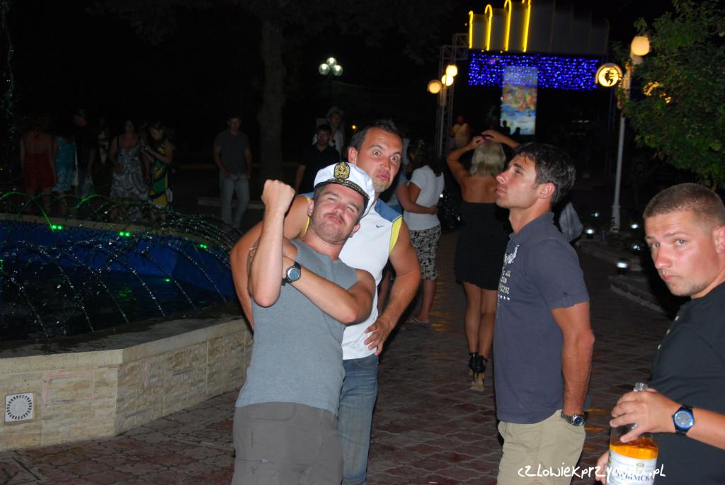 Krzychu wyraża swoje niezadowolenie, że nas próbowali w klubie naciągnąć na wódkę.