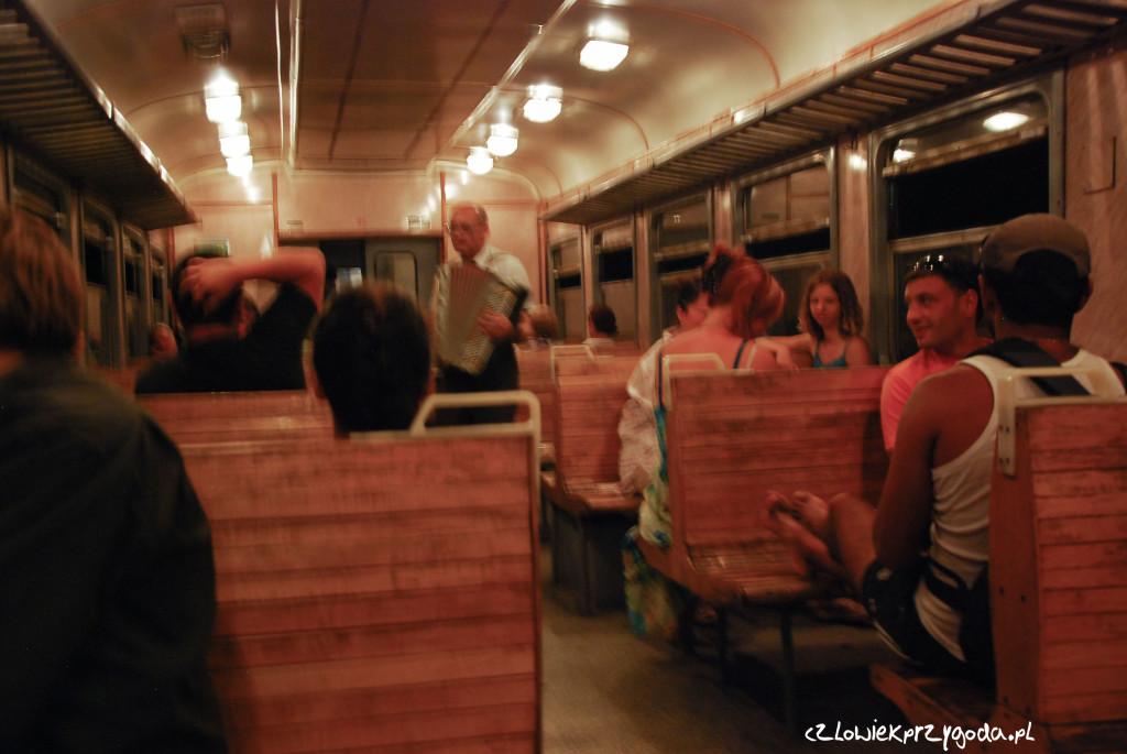 Tam komórek w pociągach nie mają, muzyka jest na żywo.