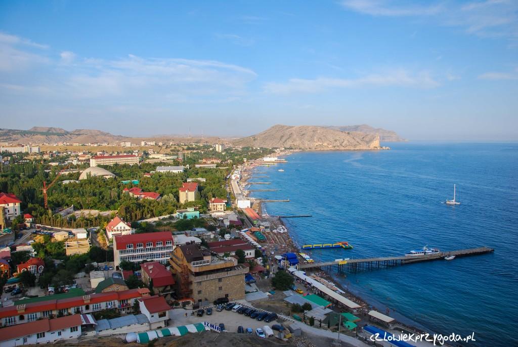 Widok na panoramę miasta Sudak na Ukrainie.