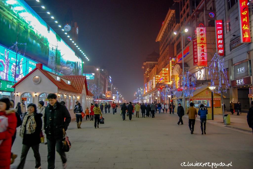 """Jedna z głównych ulic na shoping niedaleko stacji metro """"Dongdan"""""""