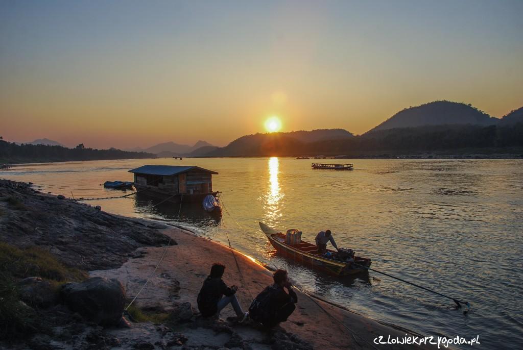 Jeden z najpiękniejszych zachodów nad rzeką Mekkong jakie dane było mi zobaczyć - odległość do Luang Prabang 6686.93 km.