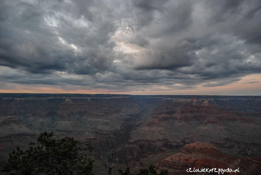 Oczywiście nie mogło też zabraknąć pochmurnego nieba na Grand Canyon w wykonaniu HDR - odległość 8042.43 km.