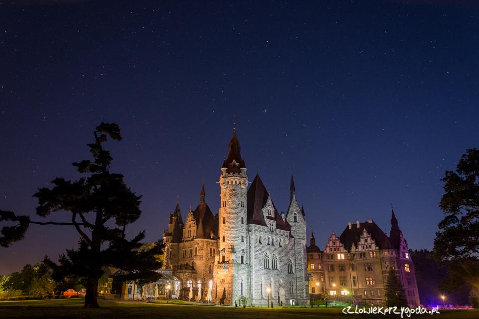 Zamek w Mosznej nocą